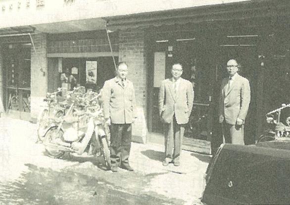 昭和37年5月、宮村町の旧本社前(中央)